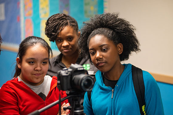 Urban kids use camera during MU Extension program
